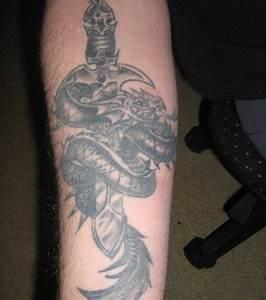 Tatouage Prenom Avant Bras Homme : photo tatouage dragon sur l 39 avant bras d 39 un homme ~ Melissatoandfro.com Idées de Décoration