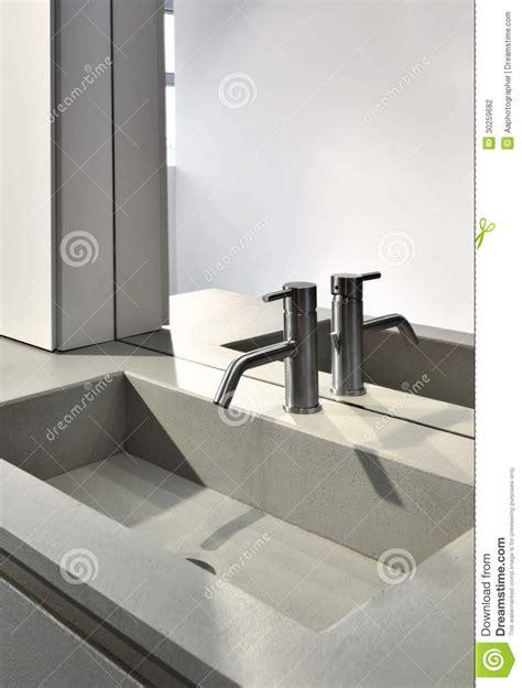 rubinetto lavandino rubinetto d acciaio per un lavandino fotografia stock