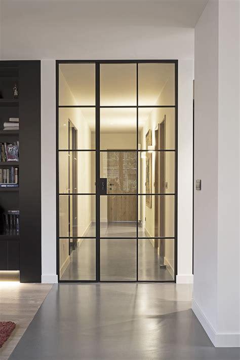 porte en verre interieur haute porte en m 233 tal laqu 233 e noir avec panneau adjacent fixe en verre portes en verre en 2018