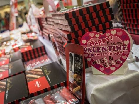 japan women give gifts  valentines day men