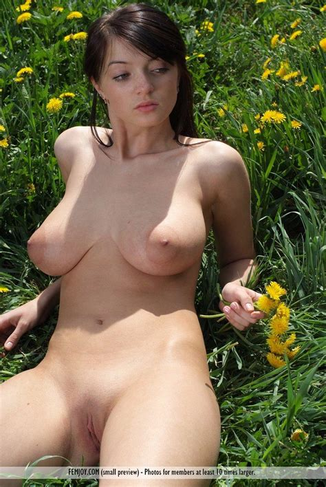 Pictures Of Busty Girl Lin Having Some Fun In The Back Yard Coed Cherry