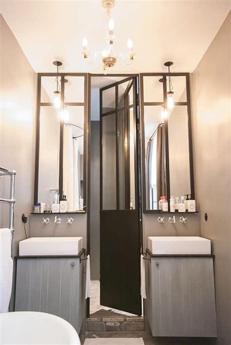 salle de bains avec une verri 232 re d atelier