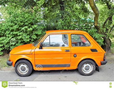 Liten Bil Fiat 125p På Parkeringshuset I Poznanpolen