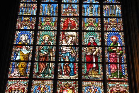 voce sabe como surgiram os vitrais das igrejas catholicus