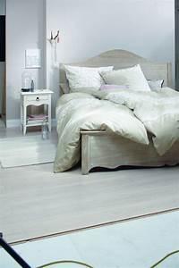 Bett Mit Ablagefläche : helles schlafzimmer mit lasiertem holz bett ~ Indierocktalk.com Haus und Dekorationen