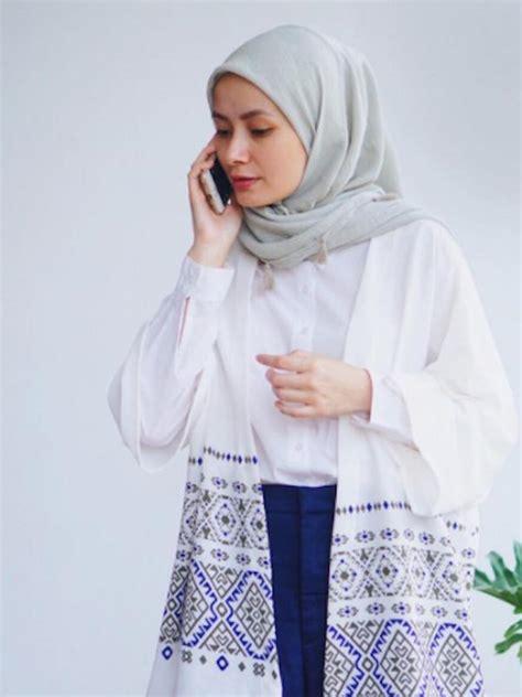 kemeja putih floral 5 inspirasi gaya busana dengan atasan warna putih