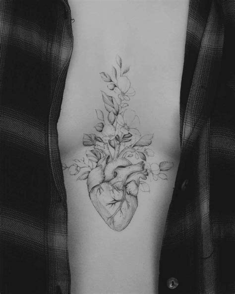 Middle Chest Heart Tattoo   Tattoos   Tatuajes femeninos, Tatuaje corazón y Tatuajes anatómicos