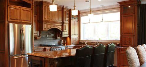 cuisine bois cuisine classique en bois teint et comptoirs de granite