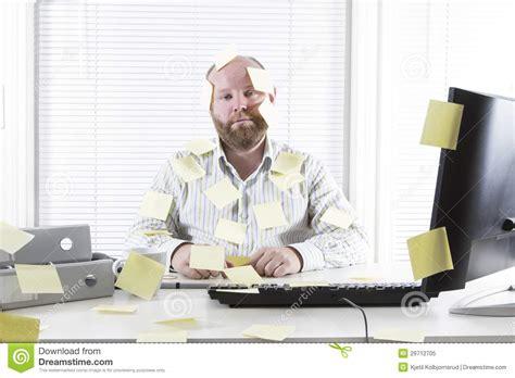 employe de bureau employé de bureau avec des notes partout photo libre de