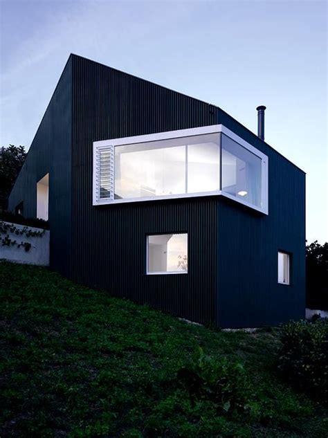 Moderne Häuser Schwarz by Single Haus Mit Asymmetrischem Dach Dunkle Holzfassade
