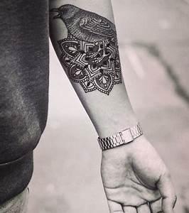 Mandala Tattoo Unterarm : foto eine frau tr gt ein mandala tattoo auf dem unterarm ~ Frokenaadalensverden.com Haus und Dekorationen