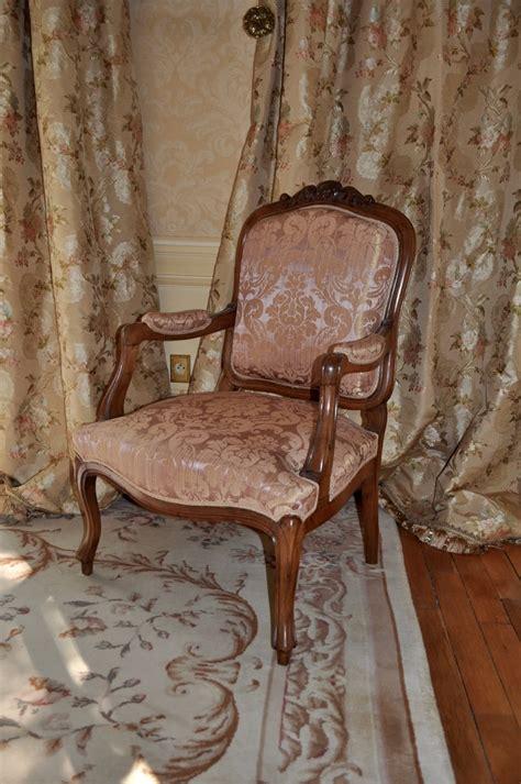 chambre louis xv fauteuil louis xv et rideaux tissu lelièvre atelier secrea