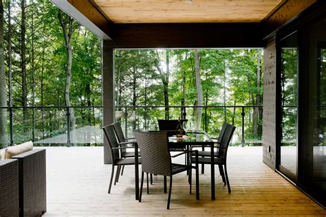 Contemporary cottage in Quebec by Boom Town | Homedezen