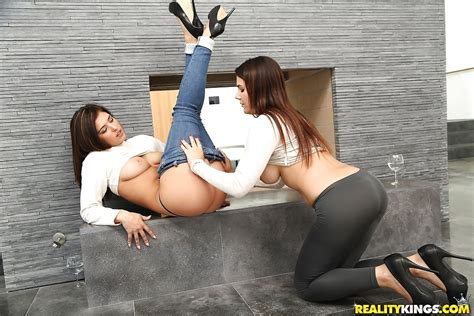 Italian Lesbians Valentina Nappi And Leah Gotti Lick Shaved Cunts In Heels