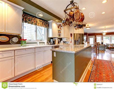cuisine en dur grande cuisine blanche et verte avec le plancher en bois