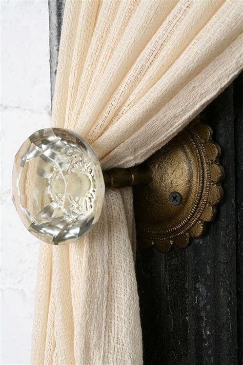 creative ways   vintage doorknobs