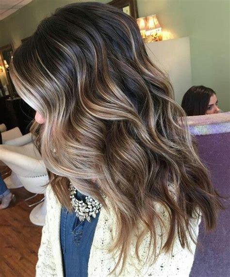 mechas platinadas en cabello moreno moda top