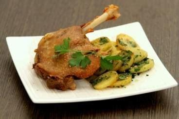 cuisiner des cuisses de canard confites recette de cuisse de canard confite au four pommes
