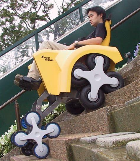 に 保 ちながら 4 つ の 駆動輪 と 補助 輪 を 用い ジョイスティック の 操作 のみ で 階段 昇降 します