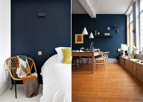 chambre peinte en bleu le bleu foncé dans la déco tout un mur peint en bleu