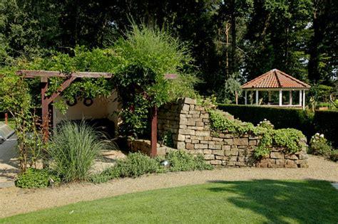 Landhausgarten Mit Boulebahn Und Pool Landhausstil