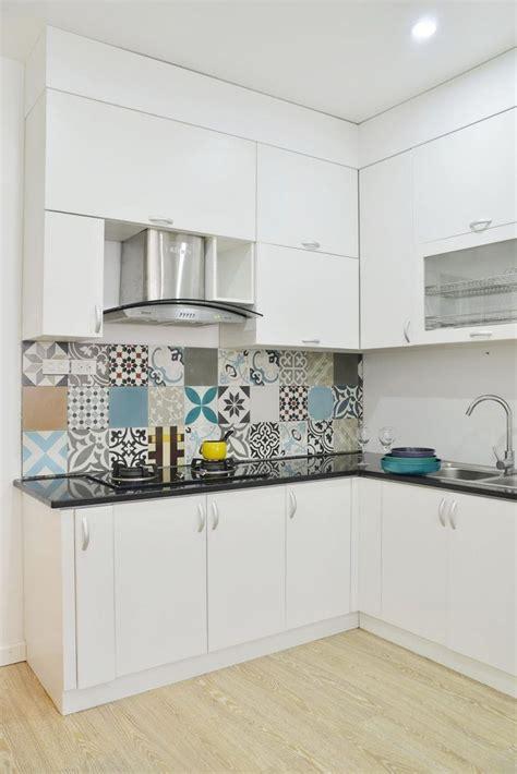 Kleine Küche Mit Weißen Küchenfronten, Schwarze