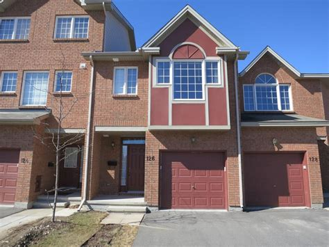 Spacious Alta Vista 3 Bedroom Townhouse With Finished
