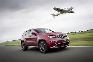 Jeep Cherokee Srt : video jeep grand cherokee srt defeats plane in 39 ultimate 39 hot lap ~ Maxctalentgroup.com Avis de Voitures