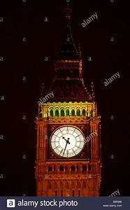 A night time view of Elizabeth Tower clock tower (Big Ben ...