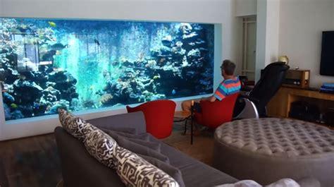 il construit un aquarium g 233 ant dans salon pour pouvoir