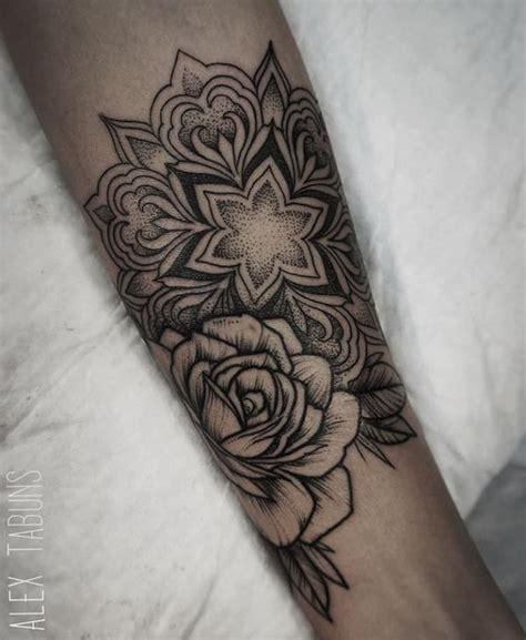 tatouage manchette femme rose mandala