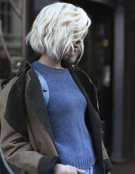carre wavy blond platine coiffures hair platinum