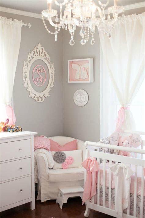 chambre bébé baroque déco murale avec un cadre baroque ovale sur