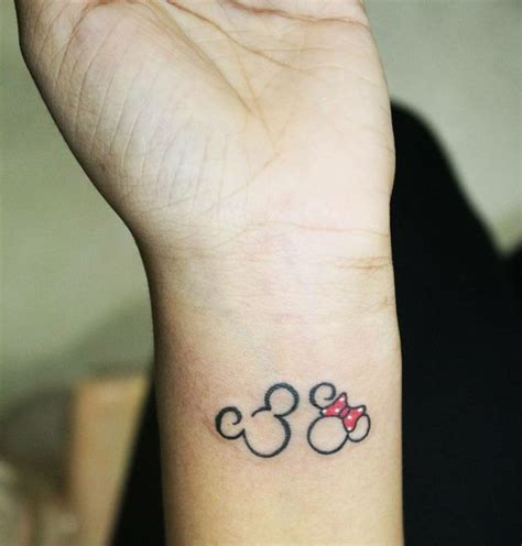 kleine tattoos mickey maus minnie schleife rot arm