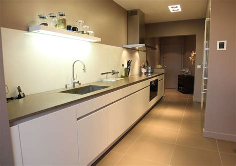 cuisine lineaire design une cuisine couloir très design photos cuisine et design