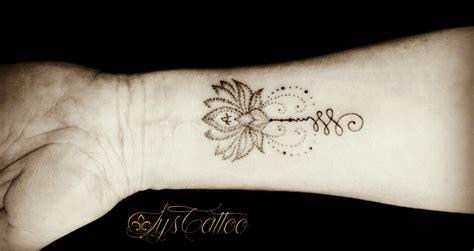tatouage femme poignet avant bras fleur de lotus perles