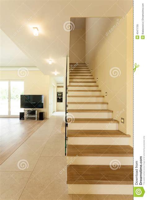 escalier lumineux dans la maison moderne photo stock