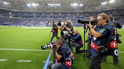 15088 sports photographers taking pictures كيف تصلك صور مباريات كرة القدم من الملعب بسرعة التقنية