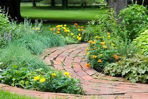 Allee De Jardin Facile : all e en brique pousant le relief du jardin all es de jardin ~ Melissatoandfro.com Idées de Décoration