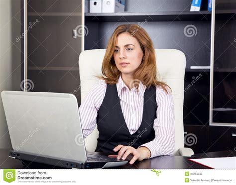dactyl bureau office femme s 39 asseyant dans le bureau dactylographiant sur l 39 ordinateur portable photo stock