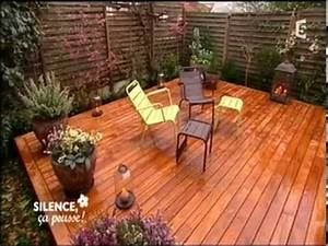 terrasse en bois dans un petit jardin youtube With amenagement petit jardin de ville