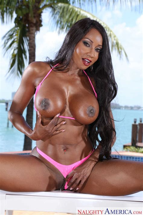 Bikini girl Diamond Jackson showing off her athletic body outdoor - My Pornstar Book