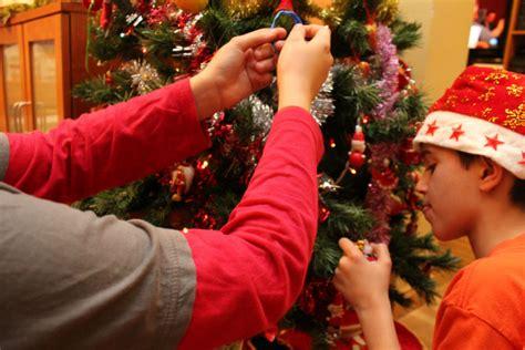 como decorar el arbol de navidad de casa en familia