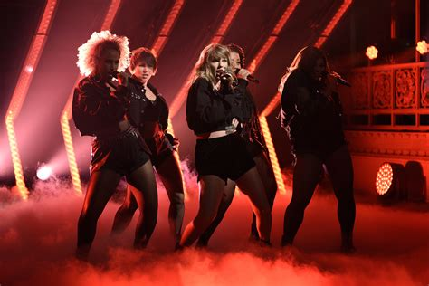 """Taylor Swift Performs """"…Ready For It"""" on SNL   SPIN"""