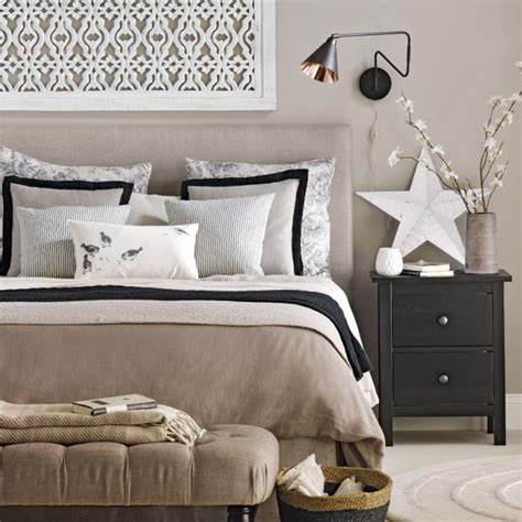 Bedroom Decorating Ideas Uk by Neutral Bedroom With Black Accents Traditional Bedroom