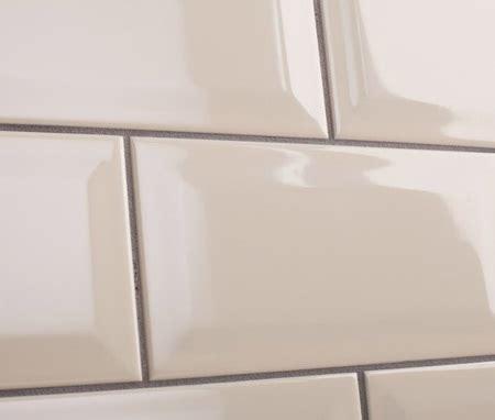 como aplicar lechada sobre los azulejos del bano albaniles