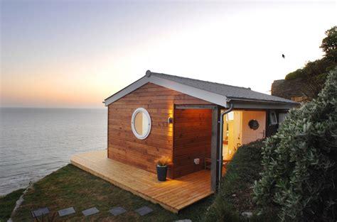 แบบบ้านกระท่อมหลังเล็กริมทะเล เปิดรับวิวทะเลอย่างเต็มตา บรรยากาศดีมาก - NaiBann.com