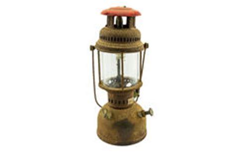 vieille le de lanterne d huile d ouragan d isolement sur le blanc photo stock image 38790571