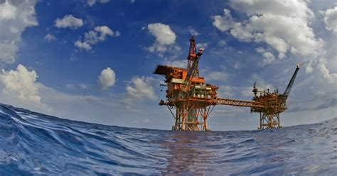 damage flooding  grounded shell oil rig   spill