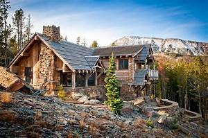 Nesting mountainside in Big Sky: A rustic